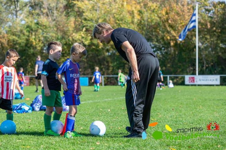 Wim Kieft geeft uitleg op de Voetbalschool