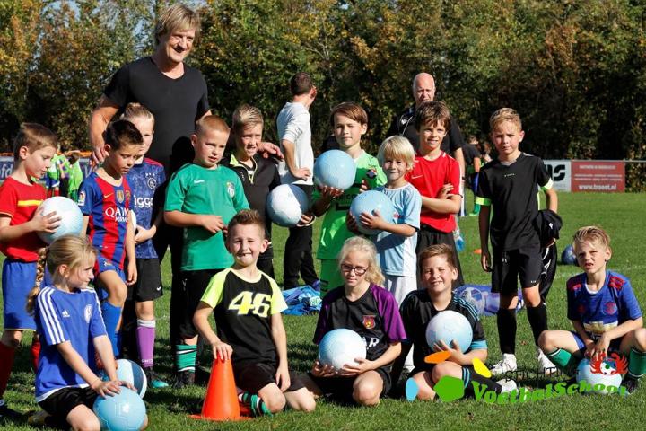 De kinderen zijn maar wat blij met de voetballen!